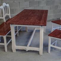 Mesa con sillas y banco estilo rustico