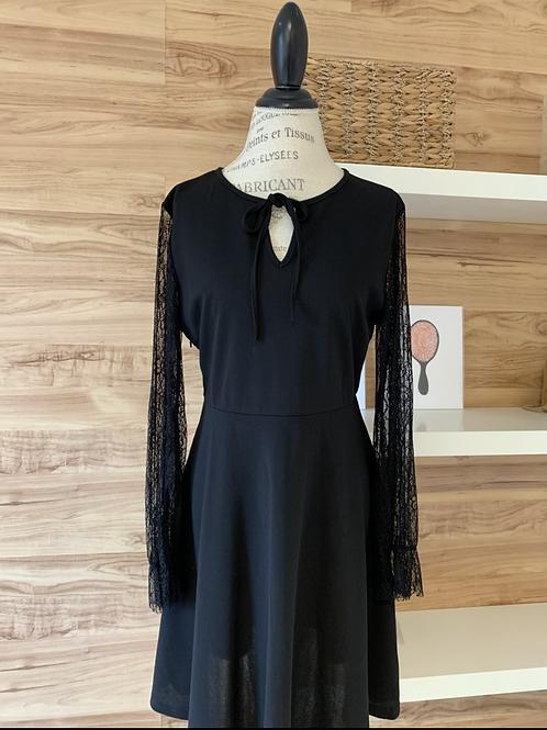Robe noire avec manches en dentelle