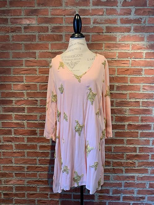 Robe rose avec petites broderies dorés