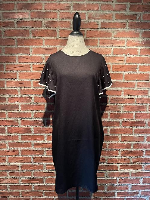Robe noire avec perles aux manches