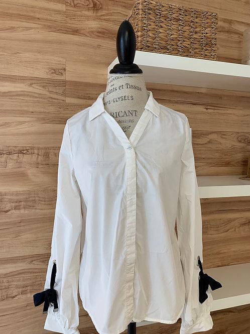 Chemise blanche avec ruban bleu marin aux manches
