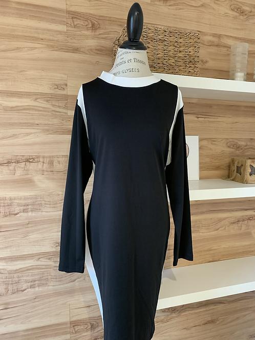 Robe noire avec bande blanche sur les côtés