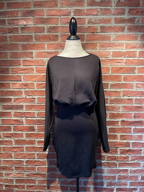 Robe noire avec rond plissé au dos
