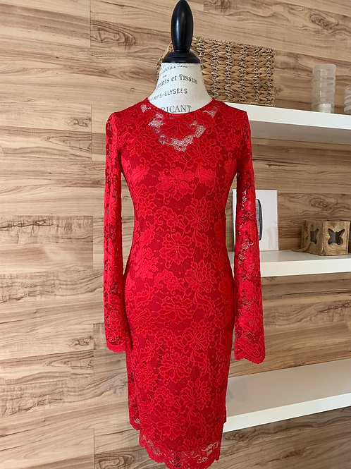 Robe en dentelle rouge avec dos ouvert