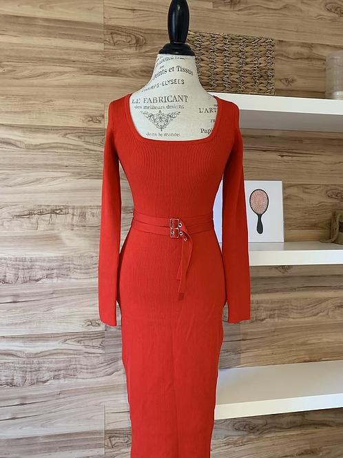 Robe rouge avec ceinture