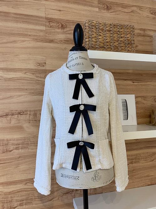 Veston laineux blanc avec attaches en boucle