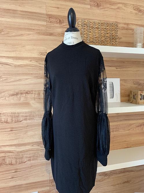Robe noire avec manche transparente