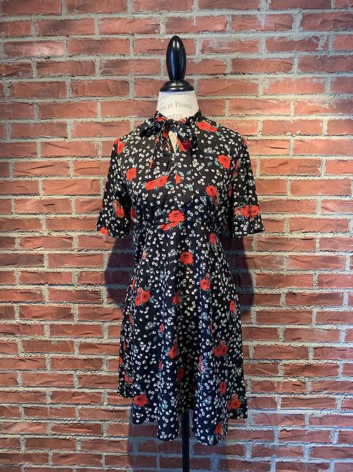 Robe avec petites fleurs rouges