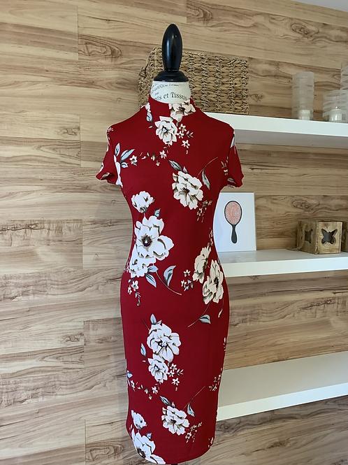 Robe rouge avec fleurs blanches