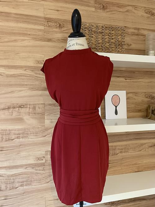 Robe rouge avec petite ouverture au dos