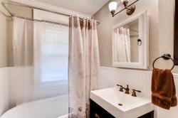 1901 Stevens Ave S 205-large-011-4-Bathroom-1500x1000-72dpi