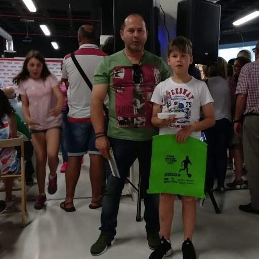 Omar con su padre en la entrega de trofeos.