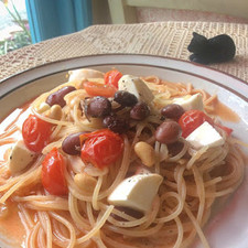 トマトとモッツァレラチーズと三色豆のスパゲッティ
