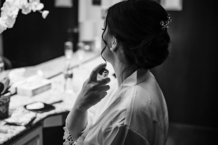 Black and white bridal prep photo in Piney Branch Golf Club in Upperco, MD