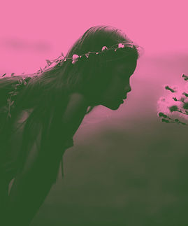 Muchacha que huele las flores