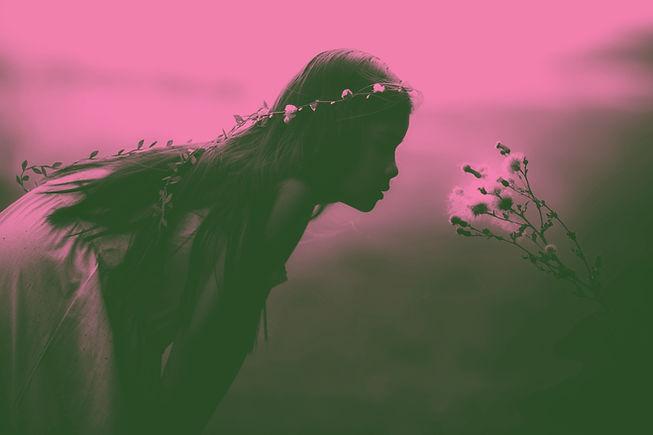 Ragazza profumati fiori