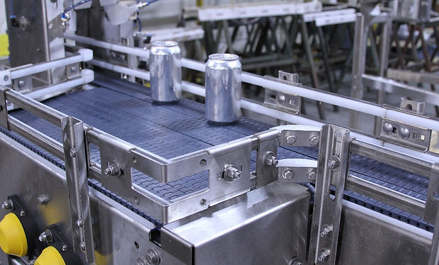 conveyor belt with accumulation table for canned beverages
