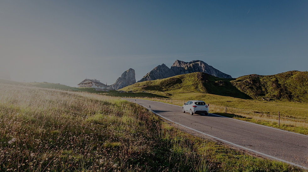 Auto su strada in mezzo alle colline