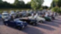 un-club-de-voitures-anciennes-fait-halte