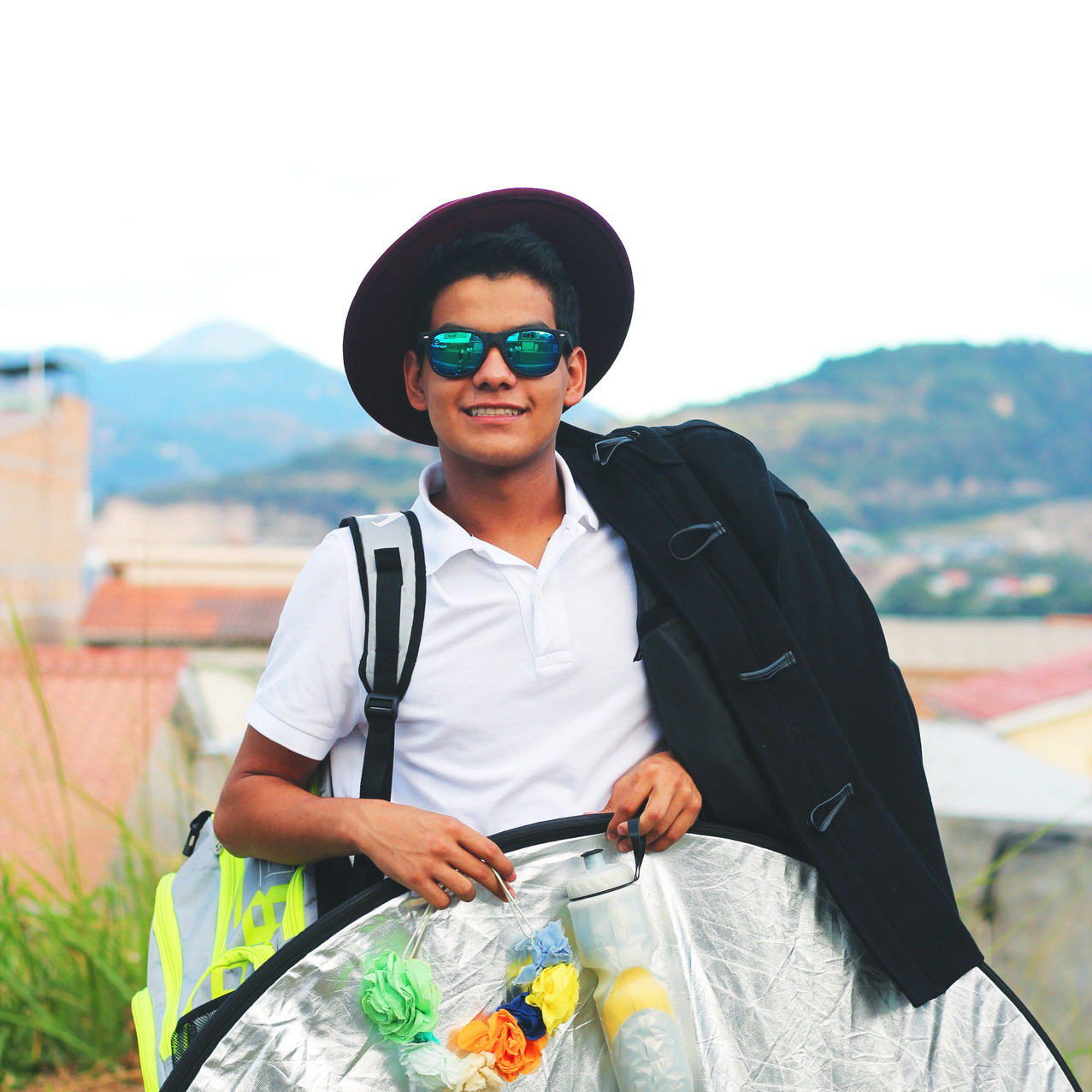 Mi hermano cargando todo lo que usamos para la sesión de fotos. (Vestuario, agua, equipo de la cámara e iluminación.