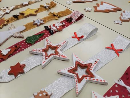 Alcune creazioni natalizie del laboratorio di ceramica diretto da Marina Perego