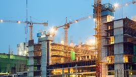 Grues et bâtiments en construction