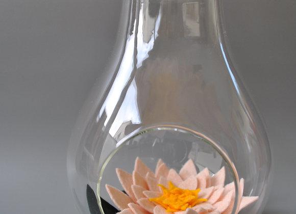 Vase ampoule avec sa fleur nénuphar