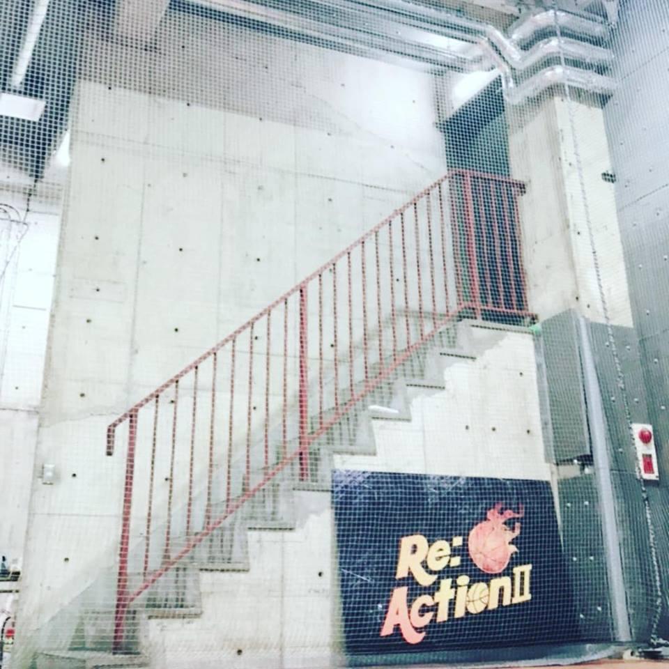 地下バスケットコートリアクション2階段
