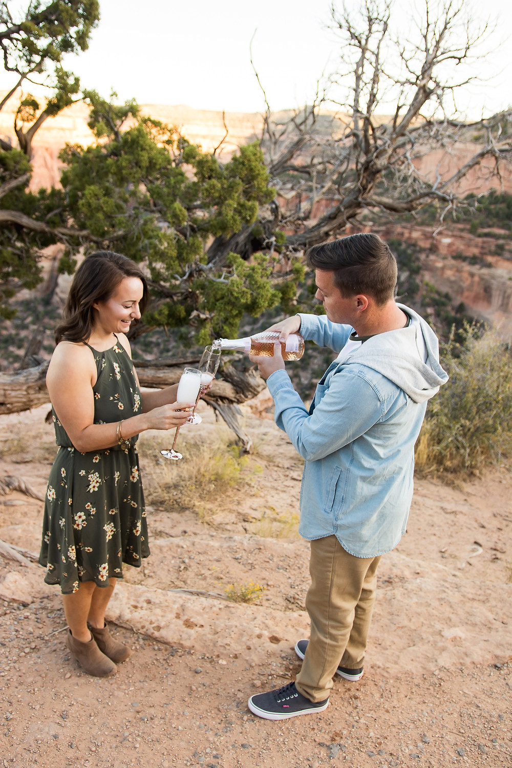 Champagne toast pour Colorado National Monument engagement photos