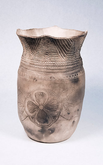 Traditional Iroquois Style Pot (00:19)