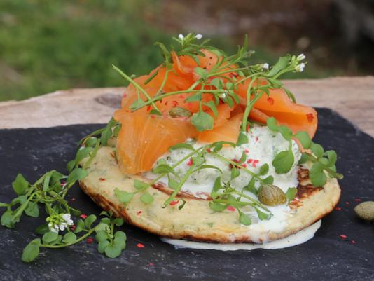 Blinis maison à la cressonnette - fromage frais au lierre terrestre - saumon fumé et câpre.