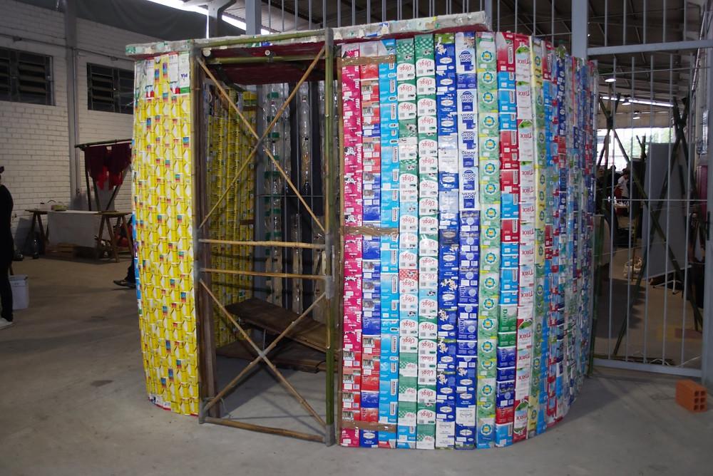 1ª_Feira_da_Biodiversidade_-_casa_feita_de_bambu,_caixas_de_leite_e_garrafas_pet