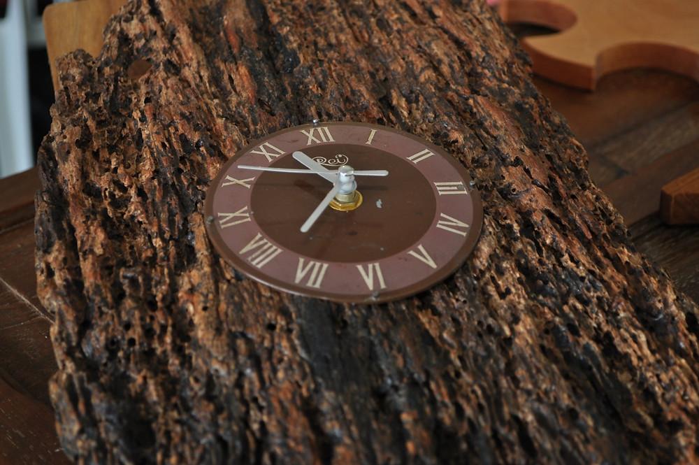 Relógio_em_madeira_de_demolição,_do_expositor_Gregory_Lemos.jpg