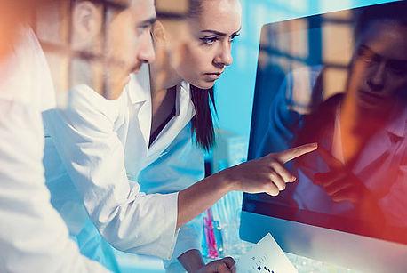 два врача перед монитором компьютера