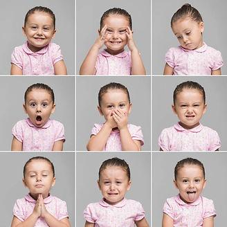 ребенок девочка играет и жестикулирует