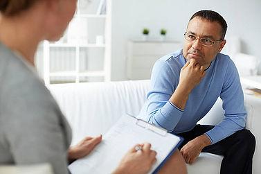 Психологическая экспертиза - мужчина на приеме у психолога
