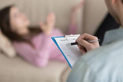 психоаналитик берет интервью у девушки