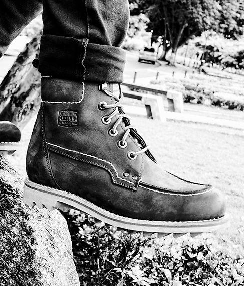 REBAJAS botas de cuero que duran para toda la vida en un parque close up en blanco y negro