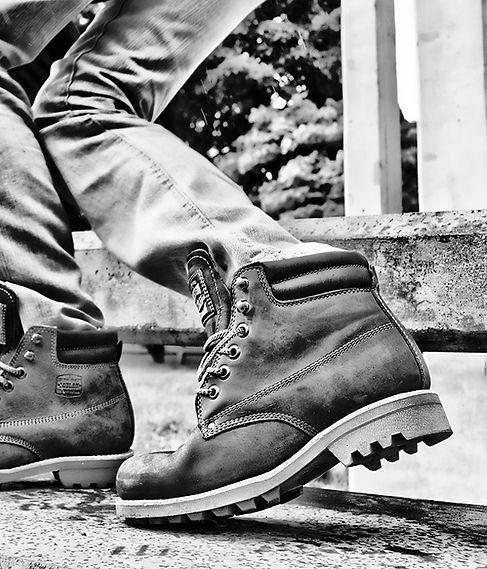 TRENDING lo mas usado de este año para botas de cuero en calzado y la foto en blanco y negro en un parque