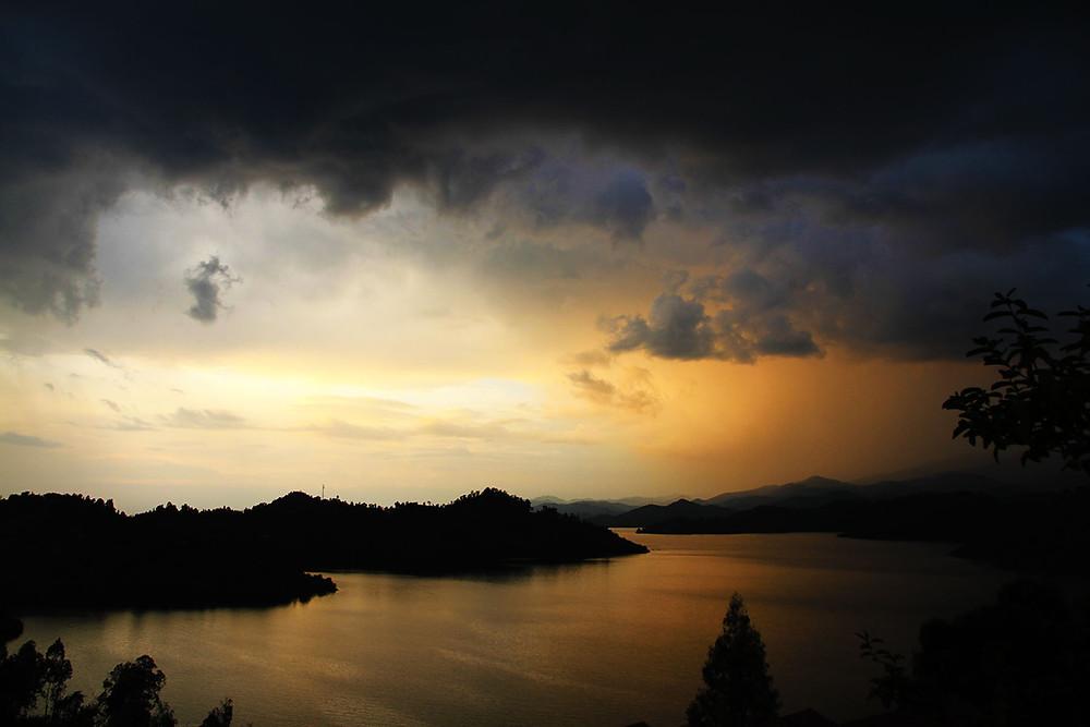 Lac Kivu au Rwanda. Après les sombres nuages, la lumière. Le Rwanda a connu les deux