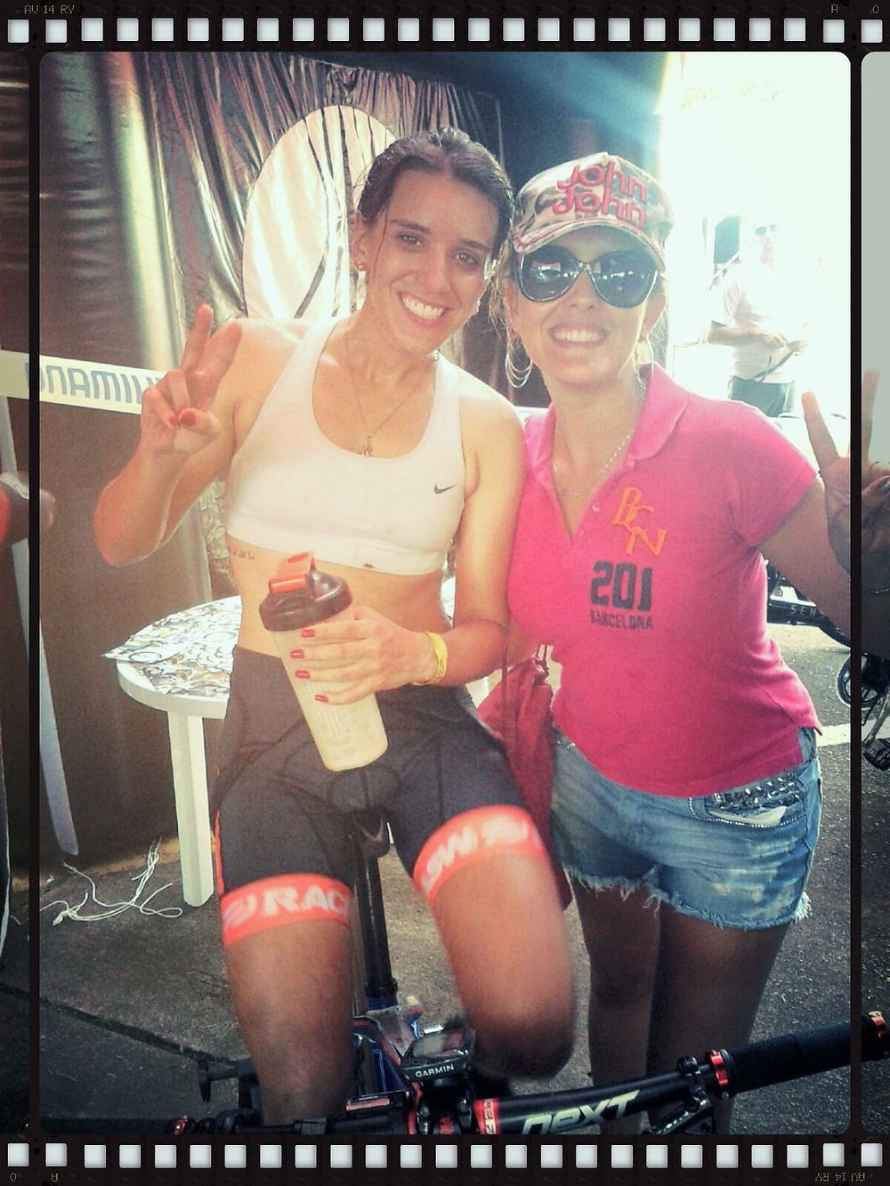 Isabella Lacerda (com unhas vermelhas lindas de morrer) e Gaby (escritora do blog)