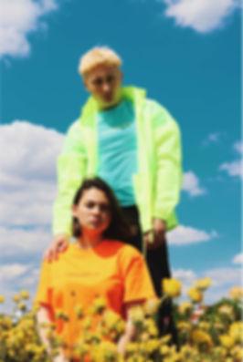 Mädchen und Junge auf der Wiese mit Neon und Baby Blau T-shits