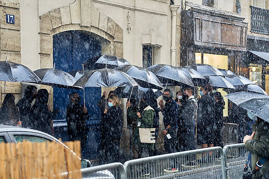 L'équipe du défilé Paco Rabanne 2020 sous la pluie