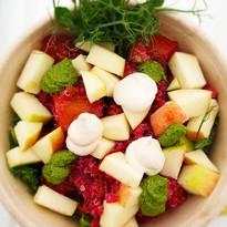 Gresskar bowl med grønnkål, eple, rødbet confit, cashew krem og persille pesto