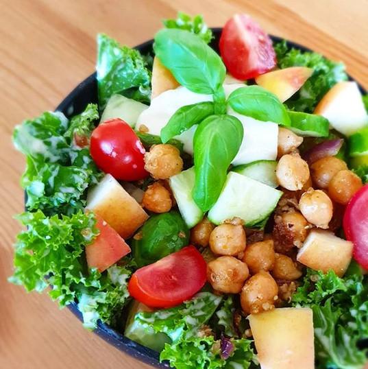 Crispy kikerter med grønnkål salat