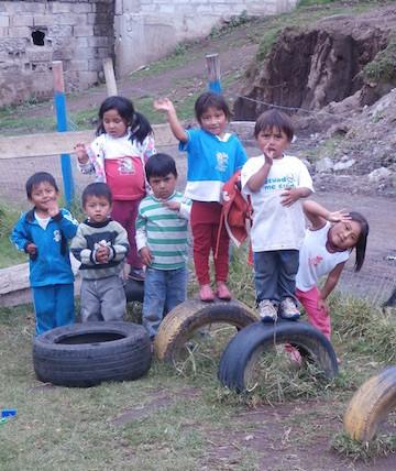 Niños En Área De Juegos Viejo