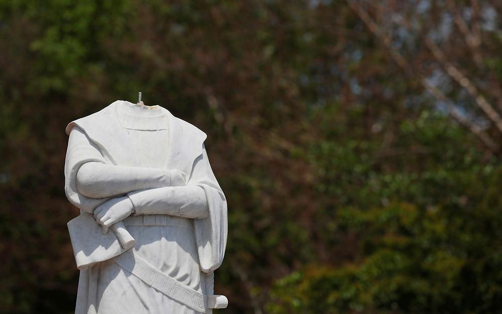 Cristóvão Colombo sem cabeça no parque Byrd, em Boston — Foto_Reuters_Brian Snyder