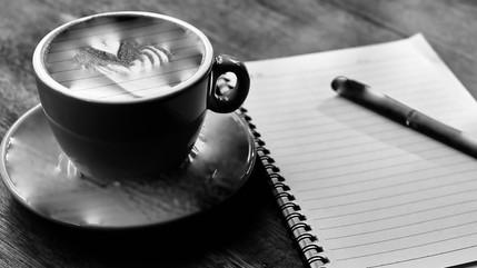 Los ocho (8) beneficios de tomar café mientras escribes