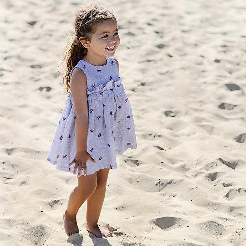 La robe chasuble à rayures bleues et blanches, sublimée par de délicates broderi