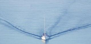 Un barco dejando un estela